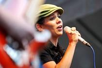 Zpěvačka Aneta Langerová se v sobotu objevila poprvé v životě pod Kunětickou horou. Byla jednou z hvězd festivalu České hrady.cz.