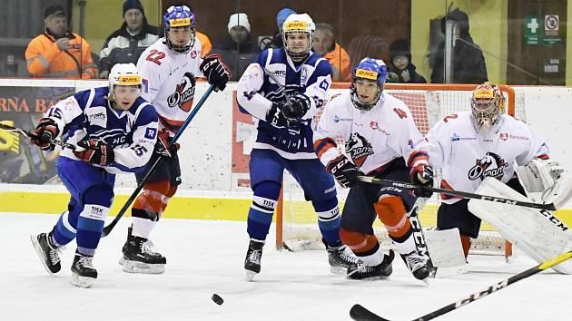 Zápolení extraligových klubů přilákalo do ochozů poličského zimního stadionu bezmála sedm stovek hokejových příznivců. Všichni sledovali zajímavý sport.