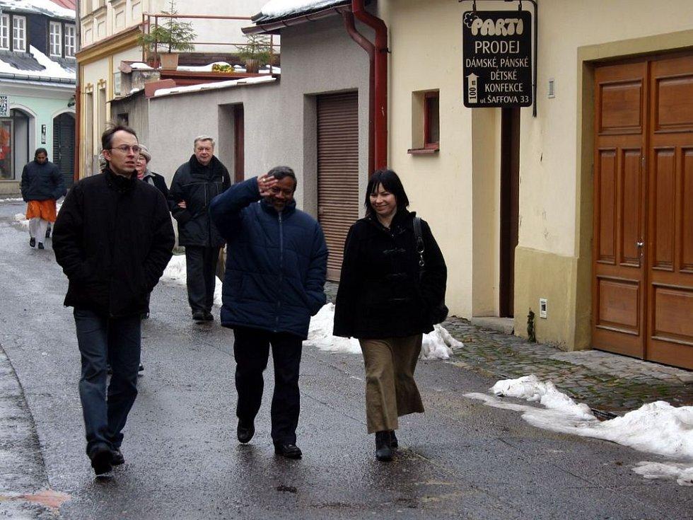 Biskupové přicházejí ke kostelu sv. Jakuba.