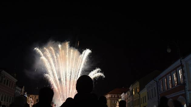 V 18 hodin vypukl  na Smetanově náměstí za doprovodu vážné hudby krásný ohňostroj, který trval zhruba deset minut. Poté si lidé dali tradiční čočkovou polévku, kterou naléval starosta Daniel Brýdl s radními města.