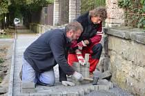 CHODNÍK na ulici Nádražní ve Svitavách už se začíná rýsovat. Řemeslníci s pokládáním dlažby finišují.