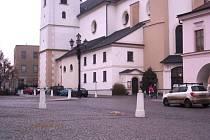 Koňský trus na náměstí ve Svitavách.