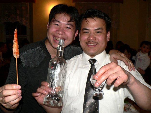 HISTORICKÝ OKAMŽIK. Poprvé slavili vietnamští obchodníci ze Svitav nový rok společně. Sešli se ve svitavské kavárně na náměstě.