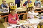 Děti ze ZŠ Na Lukách v Poličce se kromě pozitivního hodnocení na vysvědčení dočkaly také dárků přímo od starosty Poličky Jaroslava Martinů.