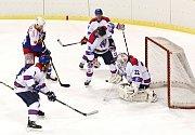 O každý metr ledu sváděli boj litomyšlští (v bílém) a českotřebovští hokejisté. Hostující Kohouti byli produktivnější v zakončení, trestali hrubky soupeře a udělali první krok do semifinále.