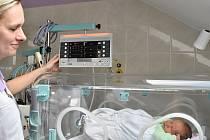 Sestřička Renata Vrtěnová obsluhuje nový inkubátor, ve kterém spi Vojtíšek.