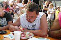 Letní odpoledne v Ondřejově - pojídání švestkových knedlíků.