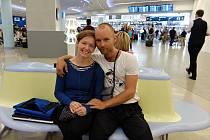 CHVÍLE PŘED ODLETEM. Petr Mazal s přítelkyní Ivou na letišti Václava Havla. Za chvíli začaly problémy.