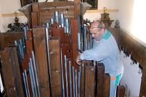VARHANY v banínském kostele svaté Barbory utrpěly stářím, ale také červotočem. Díky darům farníků a dobrodinců se je podařilo opravit. Opět hrají.