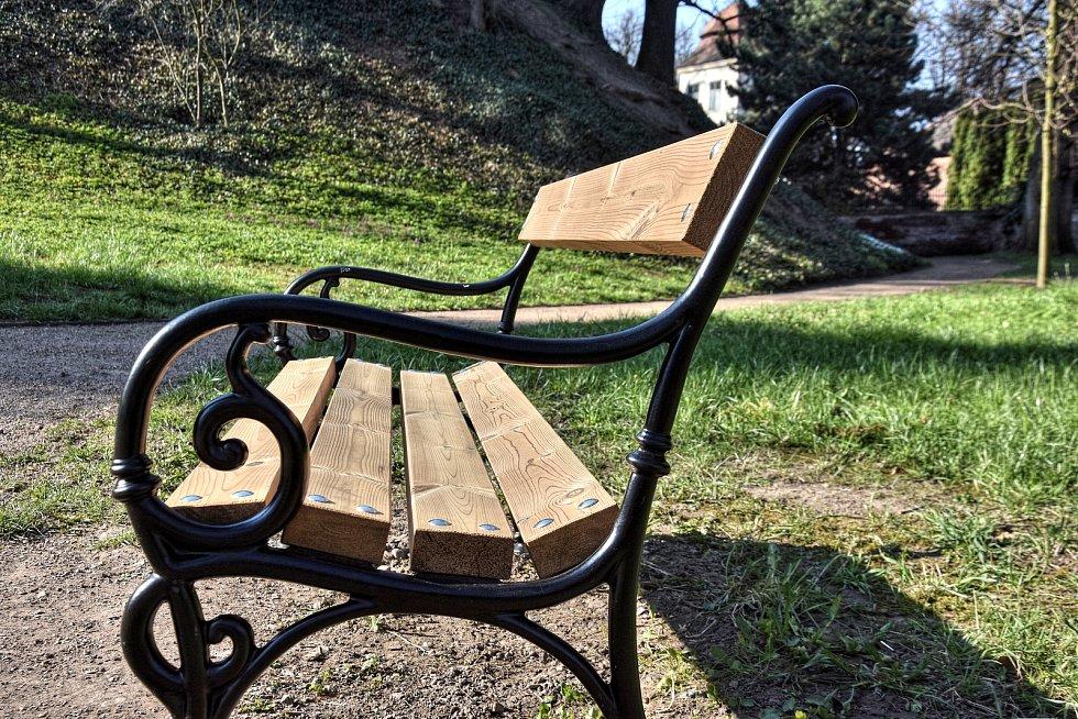 Ze zámeckého parku v Litomyšli zmizely laminátové lavičky.