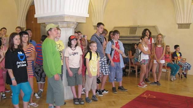 ÚČASTNÍCI mezinárodního tábora si  prohlédli  prostory radnice a dozvěděli se něco z historie města.