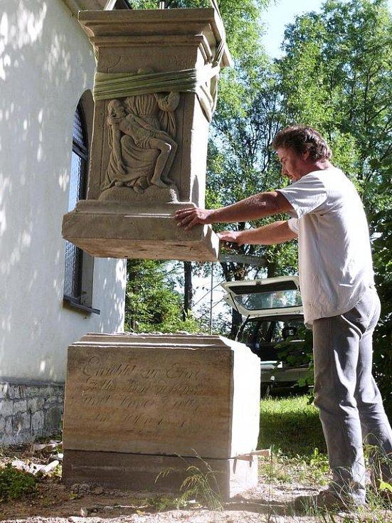 Restaurátor Petr Šmejc  opravuje barokní kříž u osady Brlenka v Čisté u Litomyšle.