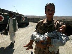 Čtyřletý Hamidolla a jeho strýc rozšířili řady vojáků pátého kontingentu. Popálený chlapec přiletí za týden do České republiky, protože tamní nemocnice nejsou na transplantaci dostatečně vybaveny.