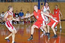 Pouze patnáct bodů nastříleli svitavští košíkáři (v červených dresech) ve druhém poločase přípravného zápasu proti slovenskému Svitu. To jim samozřejmě na úspěšný výsledek nemohlo stačit.