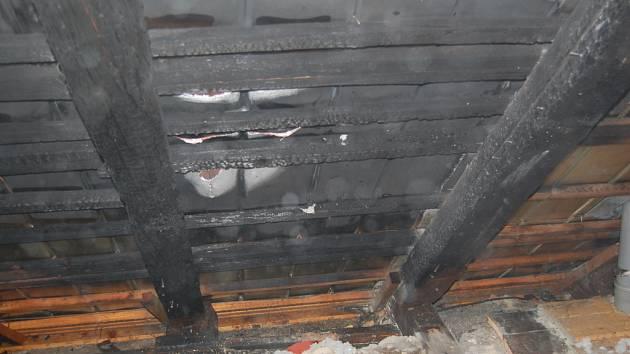 PEKLO. Nedávný požár v v Bowling baru Peklo v Litomyšli dokládá, že hasicí přístroje nejsou v budovách samoúčelné a že dokáží zachránit majetek i lidské životy. Snímky jsou z místa požáru.