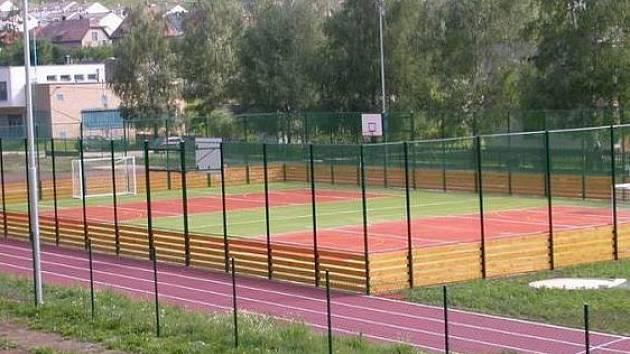 HŘIŠTĚ NA DLOUHÉ je nyní nejen místem pro sportovce. Setkávají se tu také mladí, kteří k místu nemají úctu.