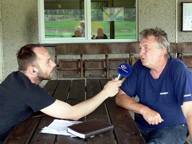 Jiří Huráň (vpravo) z tělovýchovné jednoty Slavoj vzpomínal s redaktorem Filipem Novotným na velkou vodu, která zničila sportovní areál.