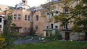 Demolice dětské nemocnice začala rozebráním a stržením plechové střechy.