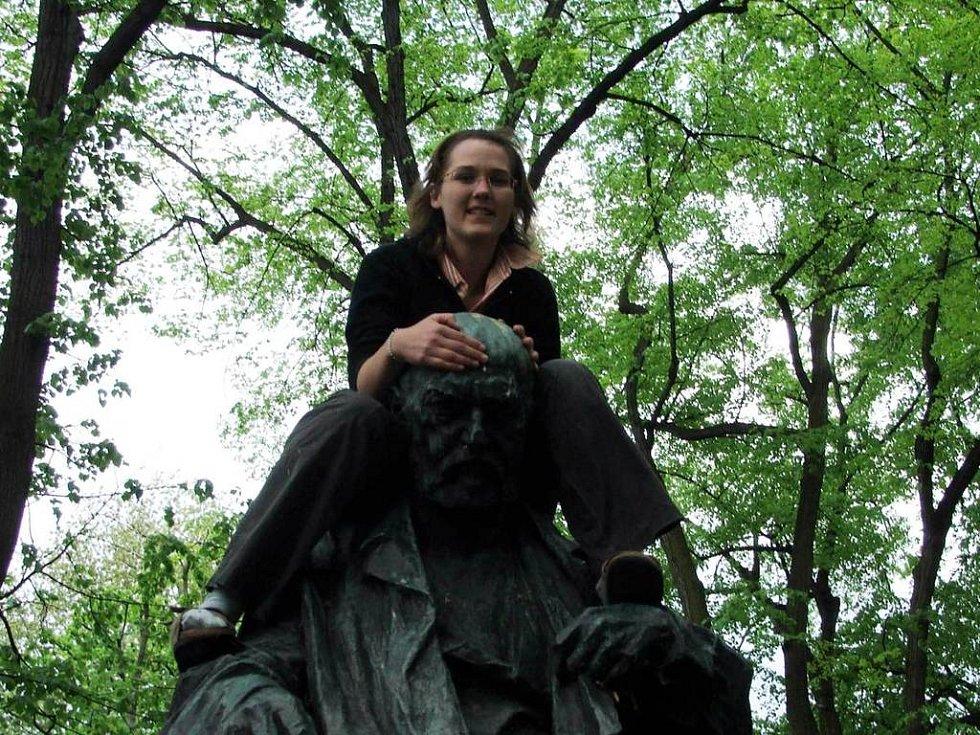 Helena Lebdušová na soše Aloise Jiráska v Litomyšli.