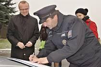 Nový radar předal policii osobně hejtman Pardubického kraje Martin Netolický.
