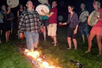Po žhavém uhlí se prošli účastníci šamanského kurzu. Před vrcholem večera si malovali masky.