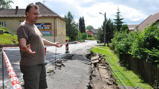 V Budislavi nestíhaly kanály brát velkou vodu a ta podemlela chodník a strhla opěrnou zeď u silnice nedaleko školy.