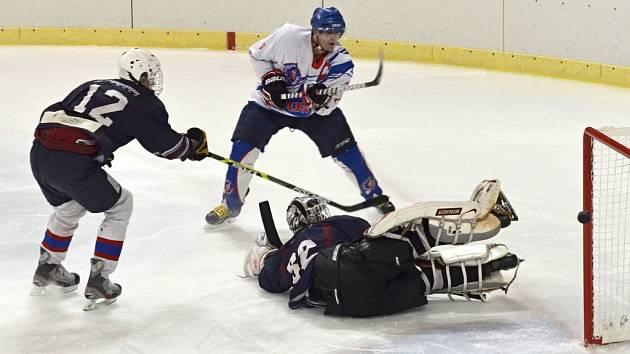 MARNOST. Hokejisté Litomyšle (v bílém) nedokázali proti Chotěboři navázat na svoje dobré výkony z období před svátky.