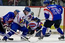 URPUTNÝCH OSOBNÍCH soubojů bylo v průběhu posledního utkání hokejové sezony k vidění mnoho. Navrch v nich většinou měli hostující hokejisté (v tmavém), jejich důraz na soupeře platil.
