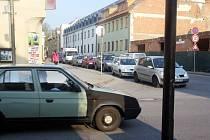 KOLONY AUT u bývalého vyhořelého hotelu Morava jen tak nezmizí. Řidiči přijíždějící po Svitavské ulici se budou muset i nadále obrnit trpělivostí . Město zatím nepočítá s vybudováním kruhového objezdu, ani se světelnou signalizací.
