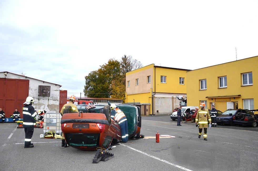 Ve čtvrtek se v areálu požární stanice ve Svitavách uskutečnilo okresní kolo soutěže ve vyprošťování u dopravních nehod.