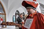 Trojice odpůrců v karnevalových převlecích poděkovala Pavlu Skřiváčkovi, že odjel s autem z podloubí.