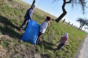 Dobrovolníci sbírali odpadky podél silnice z Litomyšle na Suchou.