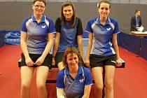 Čtveřice hráček, která se zasloužila o postup do druholigové soutěže. Stojící v zadní řadě jsou vlevo Kateřina Burešová, uprostřed Barbora Pulkrábková a vpravo Lucie Syrová, dole Vlasta Syrová.
