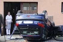 Auto po nehodě narazilo do domu sousedícího s pohostinstvím a přistálo na střeše. Řidič při kolizi zemřel.