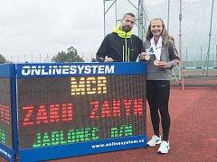 Atletka a její trenér. Eliška Červená pod vedením Milana Boučka výkonnostně neustále roste.