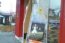 V Poličce ukradli bankomat  se dvěma miliony korun přímo z obchodu