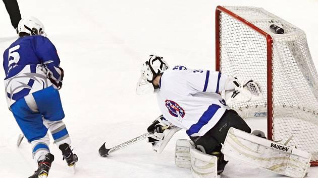 Momentka z kvalifikace o juniorskou hokejovou extraligu (Litomyšl v bílých dresech).