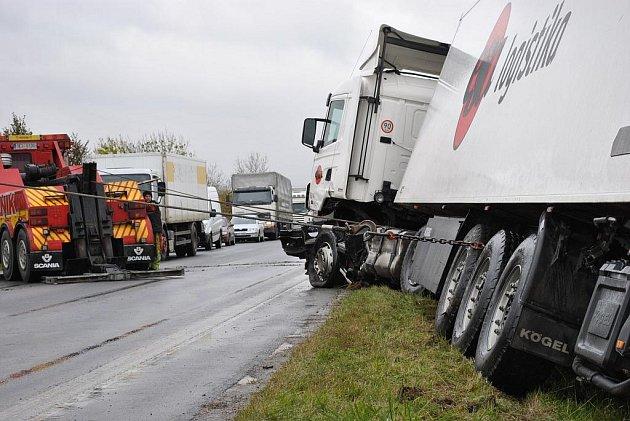 Nehoda kamionu a osobního automobilu zablokovala dopravu na I/35.