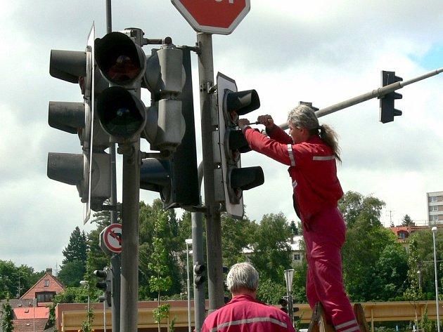 Světla opět svítí na křižovatce v Litomyšli. Specialisté poškozené semafory opravili.