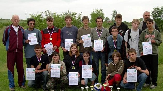 Úspěšní moravskotřebovští sportovní střelci s medailemi z republikového mistrovství.