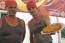 OCHUTNEJTE! Domácí třebovské bramboráky nabízel Josef Sís a jeho lidé. Podle tradičního receptu nepoužívají příliš mouky, ale zato dobré brambory i česnek.