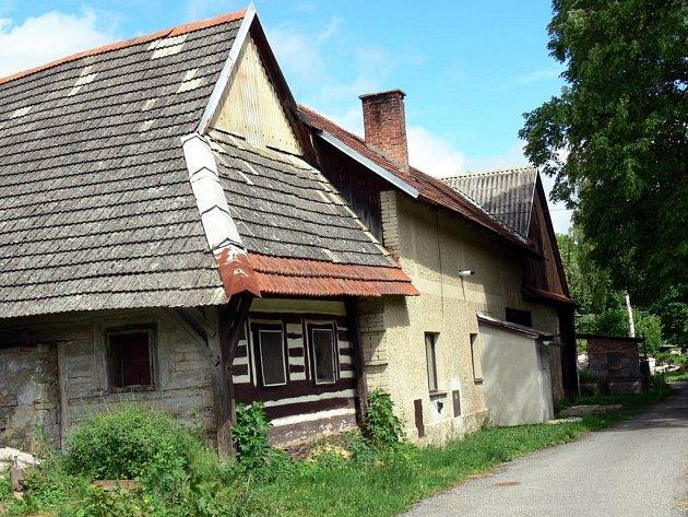 Na domek u řeky padl v pondělí stín tragédie. Muž ze Svitav tady brutálně ubodal bývalou partnerku.