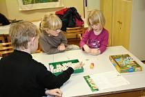 Dlouhé vánoční prázdniny mohly děti vyplnit na Novoročním klání v deskových hrách, zkusily i foukačky.
