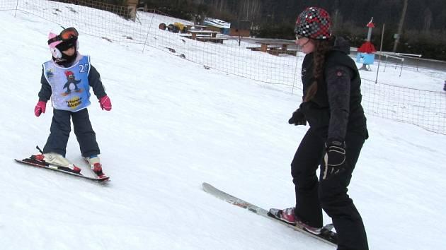 Lyžařský výcvik malých lyžařů.