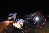 Převrácený kamion komplikoval průjezd na silnici I/35 u Janova. Nehoda se naštěstí obešla bez zranění.