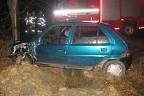 Řidič vyjel mimo komunikaci a narazil do stromu.