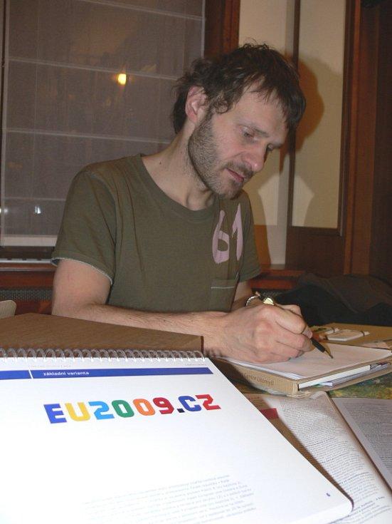 Grafik Tomáš Pakosta z Litomyšle navrhl logo pro předsednictví v Evropské unii