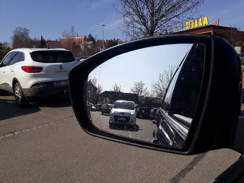 Parkoviště plná, lidé na Svitavsku nakupují na svátky