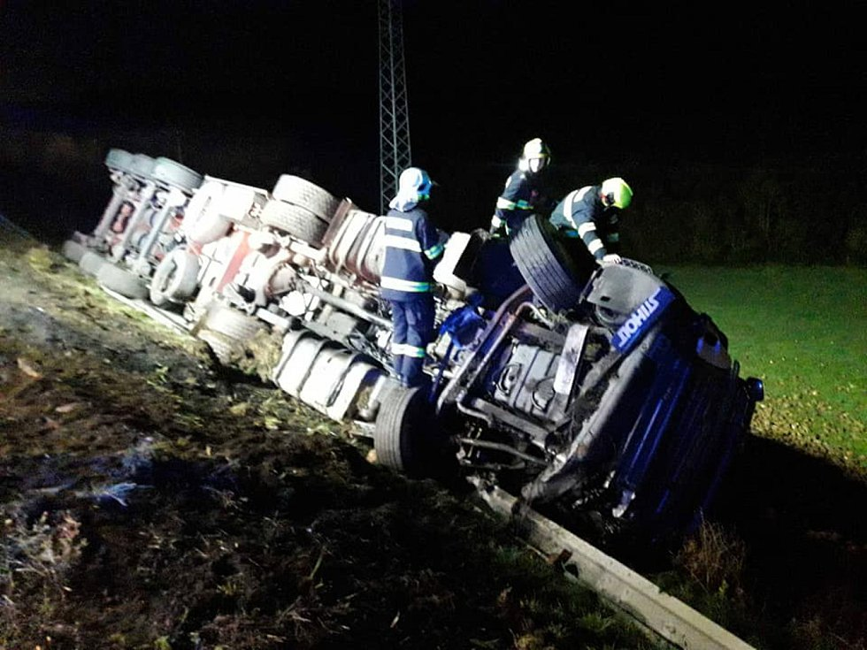 Čelní střet kamionu a osobního auta si vyžádal jeden lidský život.