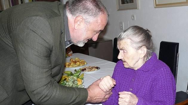 Stoletá stařenka se těší zdraví. S radním Petrem Šilarem si připila na štamprlkou oblíbené ořechovky.